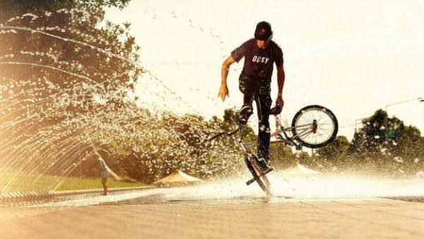Выполнение трюка на BMX велосипеде