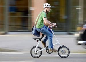 велосипедист на байке Strida
