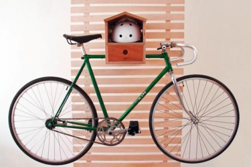 велосипед висит на полке