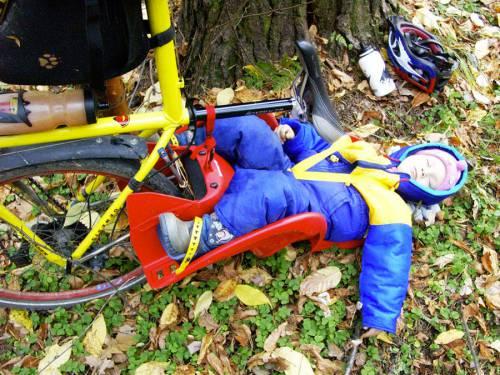 ребёнок спит в велосипедном кресле