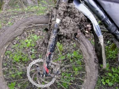 колесо с налипшими комьями земли