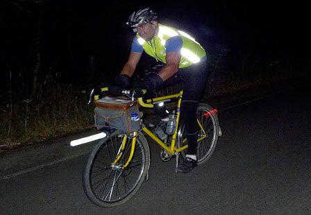 велосипедист со светоотражателями
