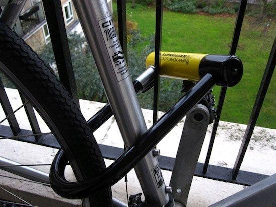 велосипед пристегнутый к ограде