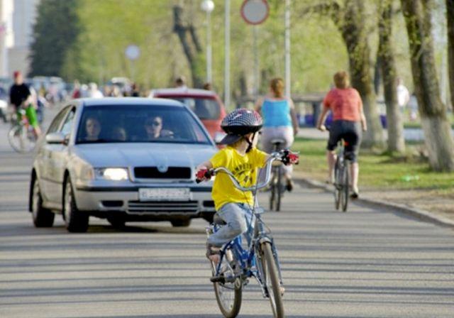 ребёнок-велосипедист на дороге
