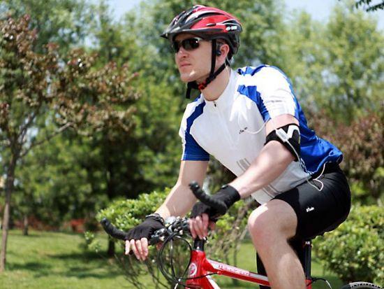 велосипедист в наушниках