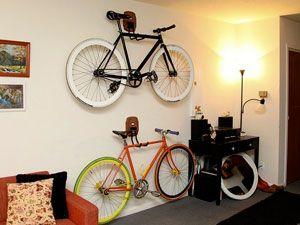 велосипед, закреплённый на стене