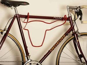 велосипед, повешенный на кронштейн