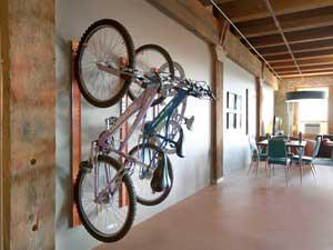 2 велосипеда прикрепленных к стене