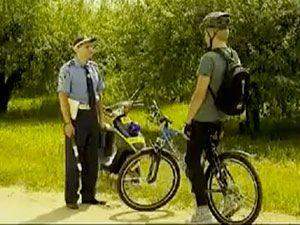 велосипедист и инспектор ПДД