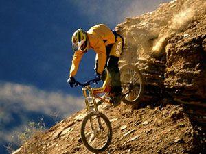 спуск с горы на велосипеде