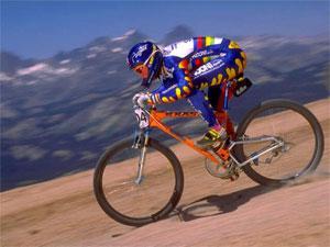 гонщик мчится на велосипеде