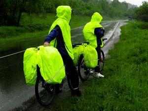 велосипедисты в велодождевиках