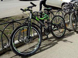 велосипед, прикреплённый замком