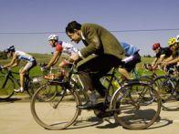 знаменитый комик в велогонке (кадр из фильма)