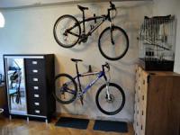 велосипеды, закреплённые на стене