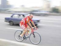 велосипедист на городской трассе