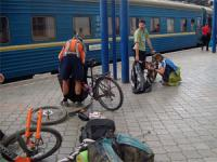 велосипедисты рядом с поездом