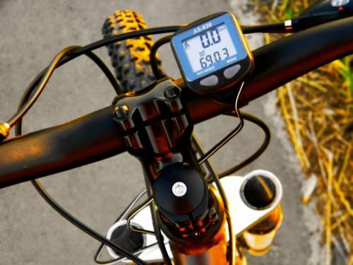 незакреплённый провод на велокомпьютере