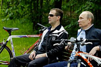 Путин и Медведев на велопрогулке