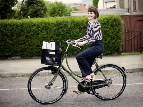 девушка на дорожном велосипеде