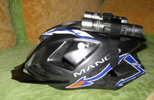 фонарик, закреплённый на шлеме