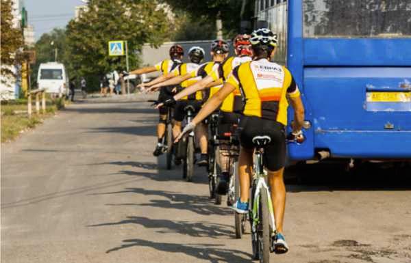 колона велосипедистов