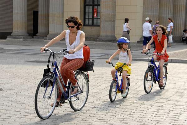 мама с дочками на велопрогулке
