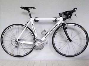 велосипед закреплённый на стене