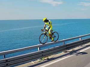 опасный трюк на велосипеде