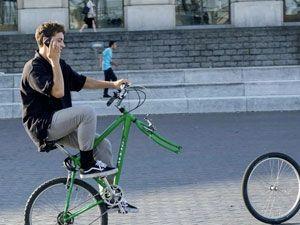 велосипедист разговаривает по телефону