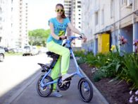 девушка на компактном велосипеде