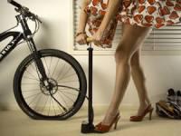 накачивание велосипедной камеры