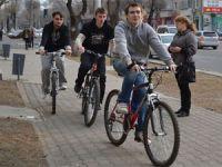 на велосипеде по тротуару