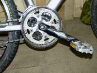 откручивается педаль на велосипеде